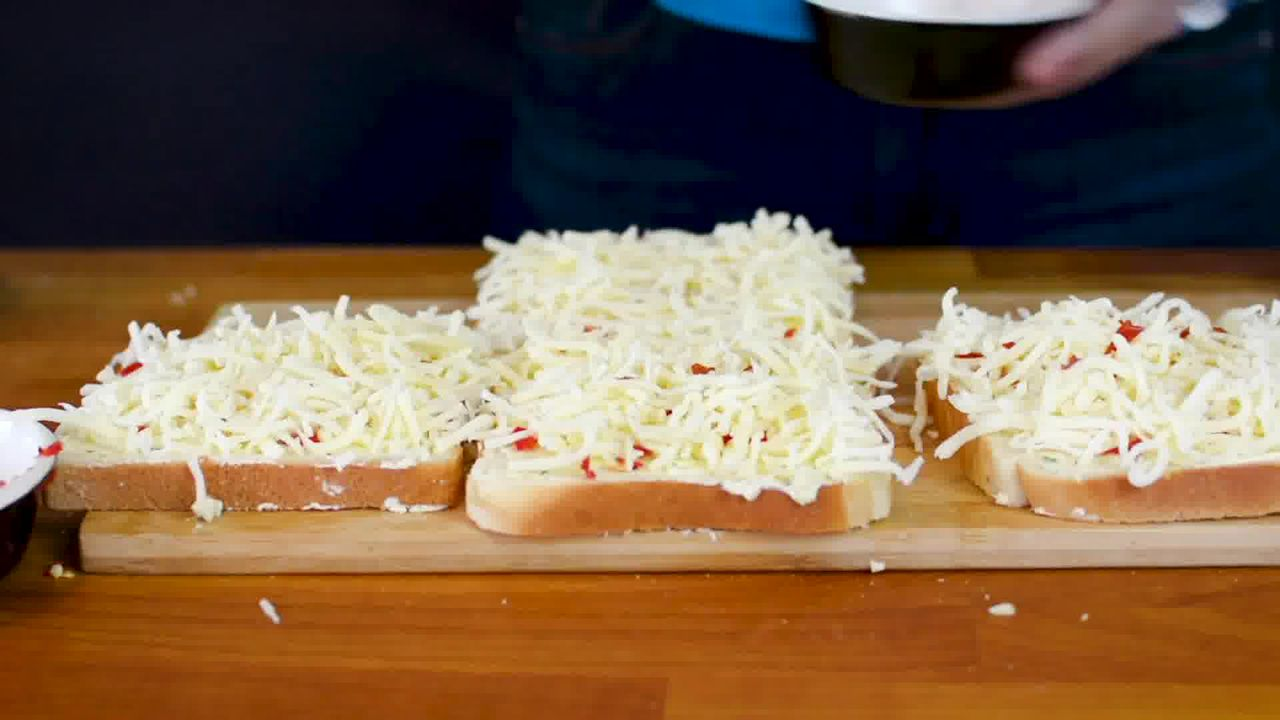 Image of the cooking step-2-6 for Chilli Cheese Toast