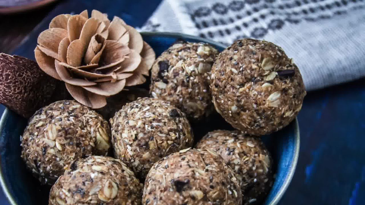 Image of the cooking step-1-4 for No-Bake Oats and Chia Energy Balls (Video)